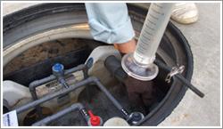 浄化槽内の水を汲み取り、放流水透視度計に入れて、水の透明度を測ります。