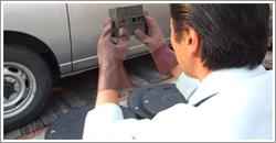 残留塩素測定器を使い放流水の残留塩素の濃度を測ります。